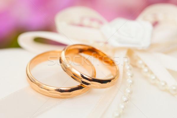 Alliances satin oreiller deux or mariage Photo stock © sapegina