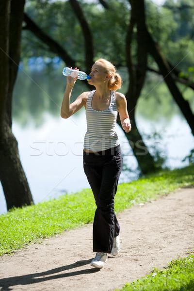 Genç kadın çalışma içme suyu yalıtılmış beyaz ağaçlar Stok fotoğraf © sapegina