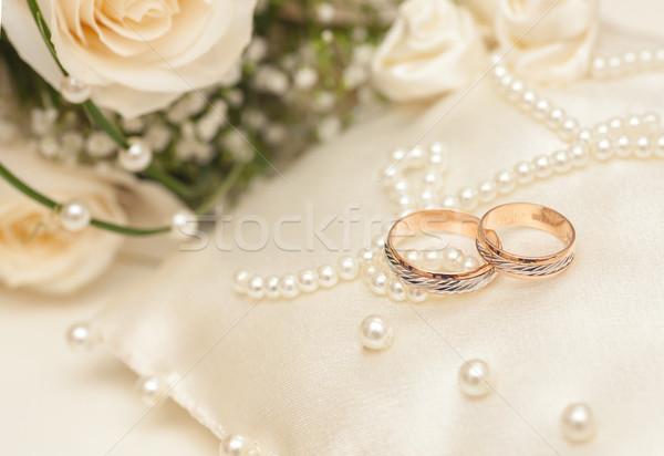 Jegygyűrűk szatén párna kettő arany esküvő Stock fotó © sapegina