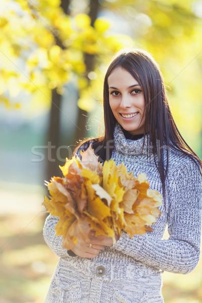 Gülen genç kadın mutlu akçaağaç yaprakları Stok fotoğraf © sapegina