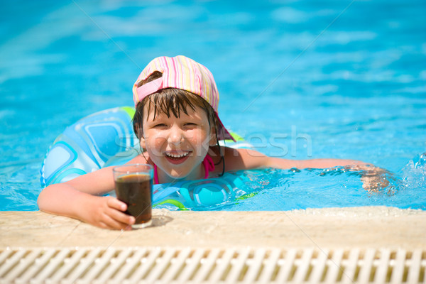 Foto stock: Menina · natação · little · girl · potável · soda · piscina