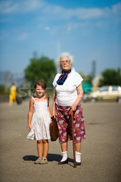 Nesiller büyükanne küçük kız birlikte yaz açık havada Stok fotoğraf © sapegina