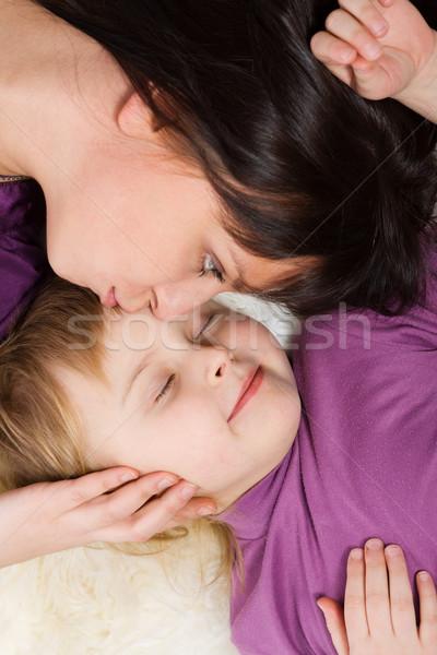 Moeder zoenen dochter slapen familie meisje Stockfoto © sapegina