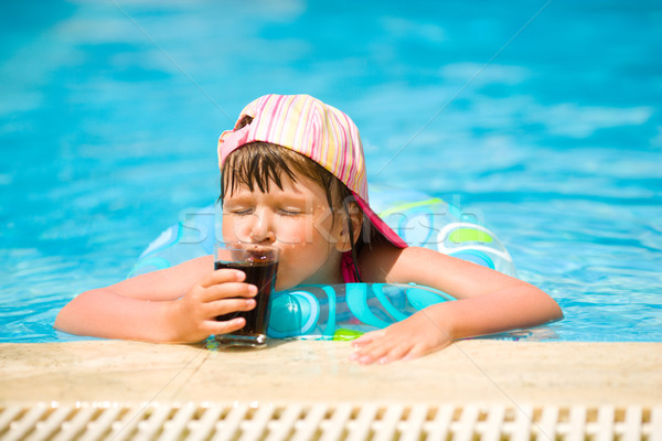 Foto stock: Calor · little · girl · potável · soda · piscina · verão