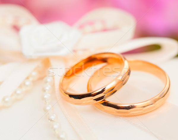 Jegygyűrűk szatén párna kettő arany virágok Stock fotó © sapegina
