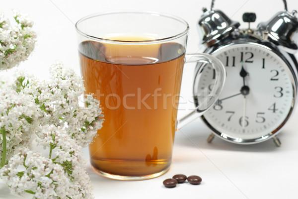 Insônia copo chá medicinal marrom pílulas despertador Foto stock © Saphira