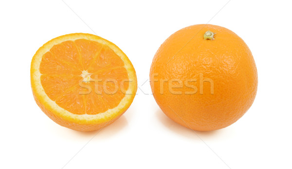 Egész narancs fél gyümölcs mutat keresztmetszet Stock fotó © sarahdoow