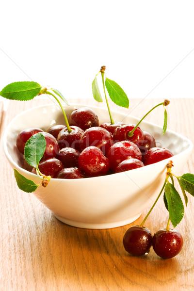 Sweet cerise fraîches rouge bol table en bois Photo stock © sarsmis