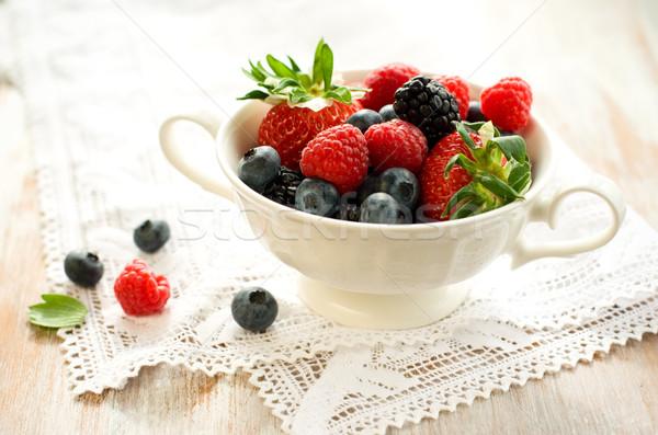 Frescos bayas mixto tazón fresas frambuesas Foto stock © sarsmis