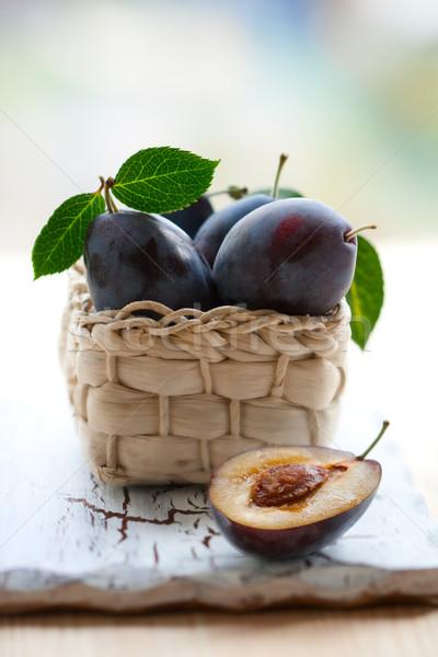 Szilva friss kosár levelek édes diéta Stock fotó © sarsmis