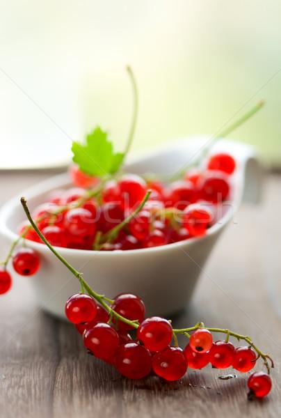 Piros ribiszke friss fa asztal levél gyümölcs Stock fotó © sarsmis