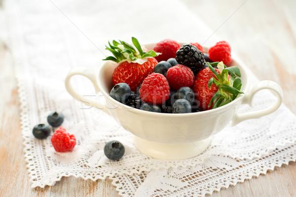Fraîches baies mixte bol fraises framboises Photo stock © sarsmis