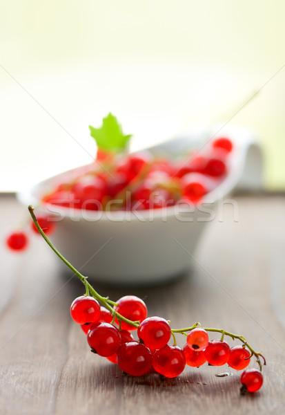 Rojo grosella frescos mesa de madera hoja frutas Foto stock © sarsmis