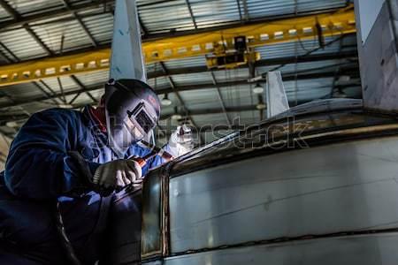 Homem soldagem reflexão faíscas trabalho construção Foto stock © sarymsakov