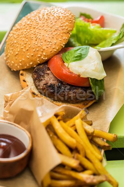 Finom hamburger marhahús paradicsom saláta sültkrumpli Stock fotó © sarymsakov