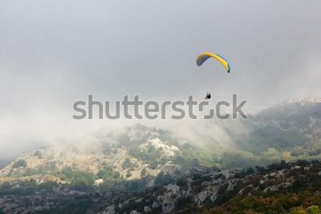 Sziluett hegy égbolt férfi ugrás hegyek Stock fotó © sarymsakov