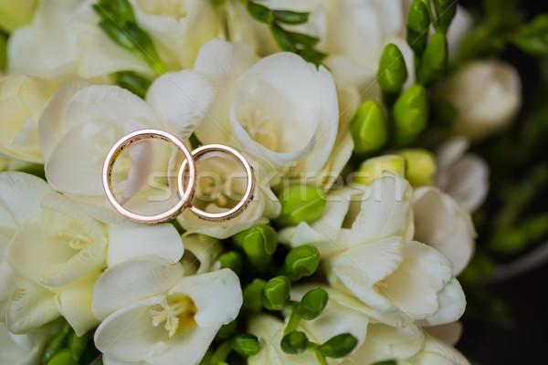 Kettő jegygyűrűk végtelen felirat szeretet virágcsokor Stock fotó © sarymsakov