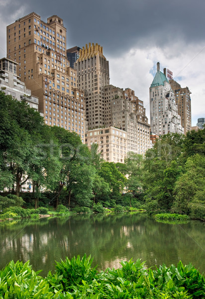 Central Park New York City lagoa alto edifícios atrás Foto stock © sbonk