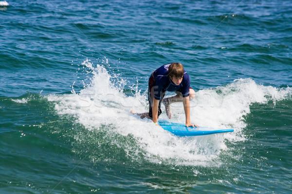 Surfing nastolatek chłopca stoją Zdjęcia stock © sbonk