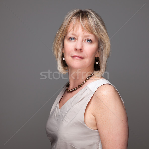 Portrait femme énigmatique séduisant milieu âge Photo stock © scheriton