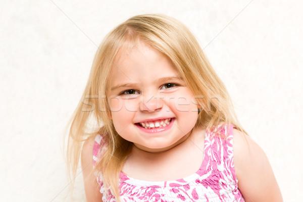 Közelkép portré gyönyörű kisgyerek lány vigyorog Stock fotó © scheriton