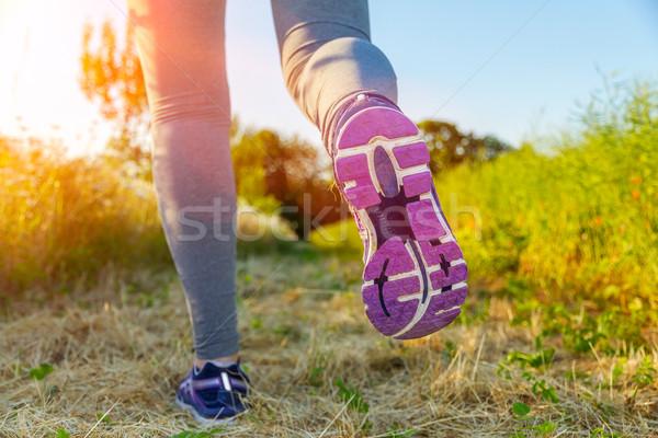 Mulher corrida pôr do sol campo fitness menina Foto stock © sdecoret