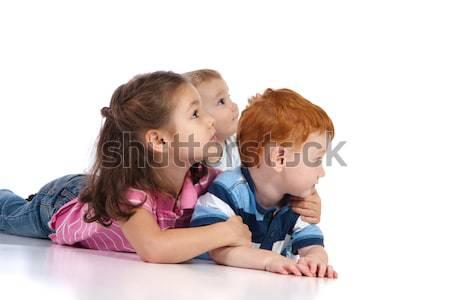Trzy dzieci oglądania młodych coś z dala Zdjęcia stock © sdenness