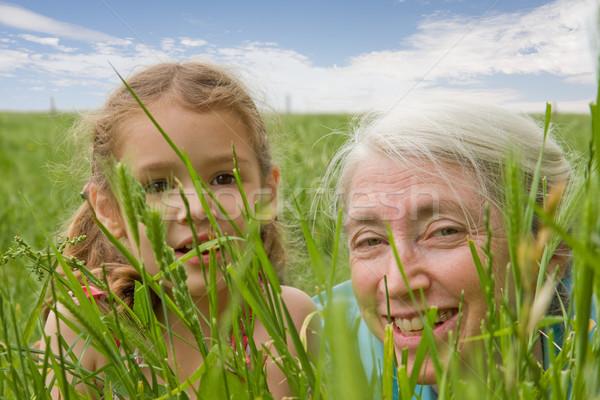 Meisje grootmoeder kijken lang gras jong meisje Stockfoto © sdenness