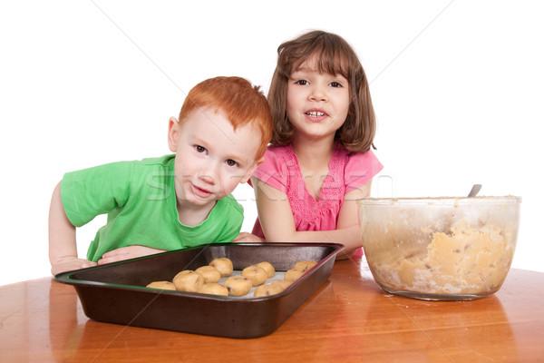 Kinderen chocolade chip bakken cookies geïsoleerd Stockfoto © sdenness
