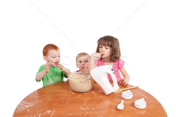 Gyerekek kóstolás torta keverék három család Stock fotó © sdenness
