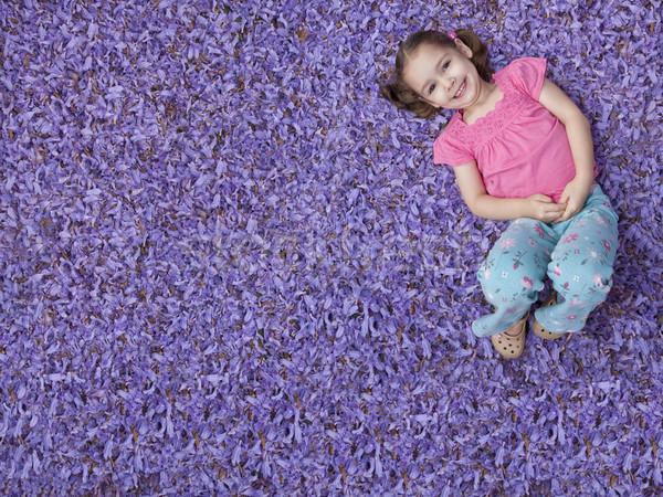Dziewczyna fioletowy kwiaty młoda dziewczyna bed kwiat Zdjęcia stock © sdenness