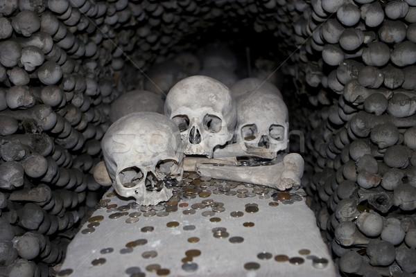 üç kafatasları madeni para tüm kemik kilise Stok fotoğraf © searagen
