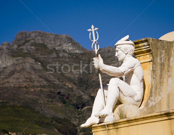Statue personnel regarder toit château Photo stock © searagen