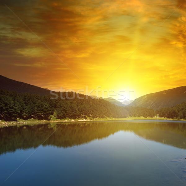 Napfelkelte tó hegyek égbolt fa fű Stock fotó © serg64