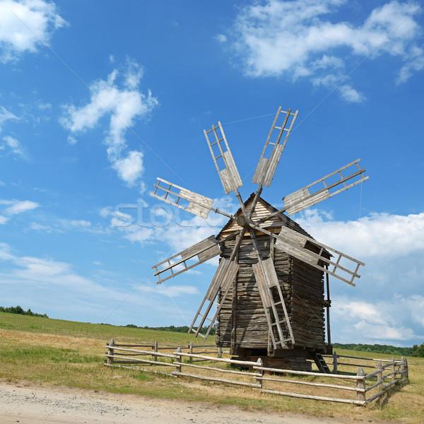 Vieux moulin à vent pittoresque colline ciel bâtiment Photo stock © Serg64
