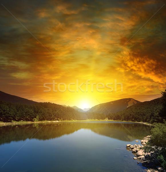 Stok fotoğraf: Gündoğumu · göl · dağlar · gökyüzü · ağaç · çim