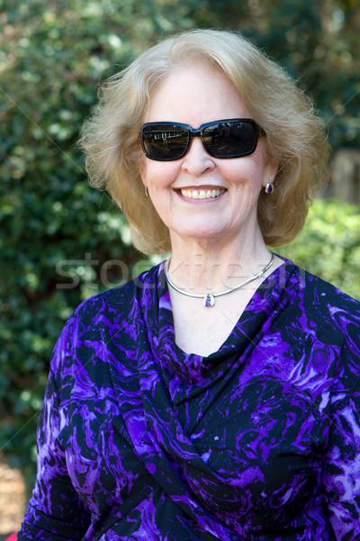 Сток-фото: старший · женщину · Солнцезащитные · очки · позируют · задний · двор