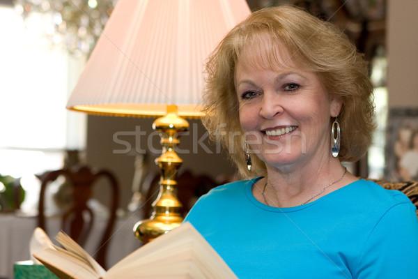 シニア 女性 読む ホーム 図書 女性 ストックフォト © sframe