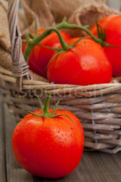 Pomodori fresche tavolo in legno rosso basket Foto d'archivio © ShawnHempel