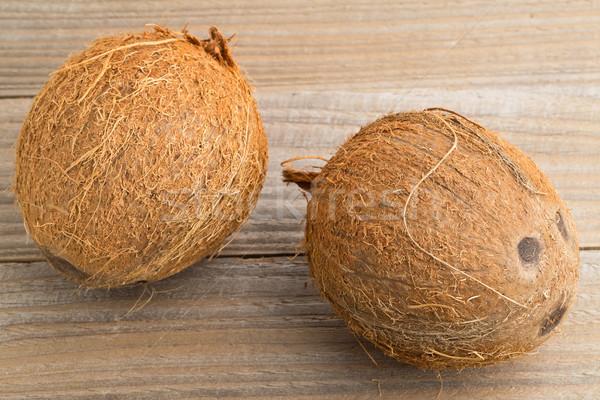 Ganze Kokosnüsse Tabelle zwei Holztisch Textur Stock foto © ShawnHempel