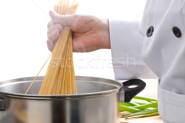 Kucharz makaronu mężczyzna puli biały żywności Zdjęcia stock © ShawnHempel