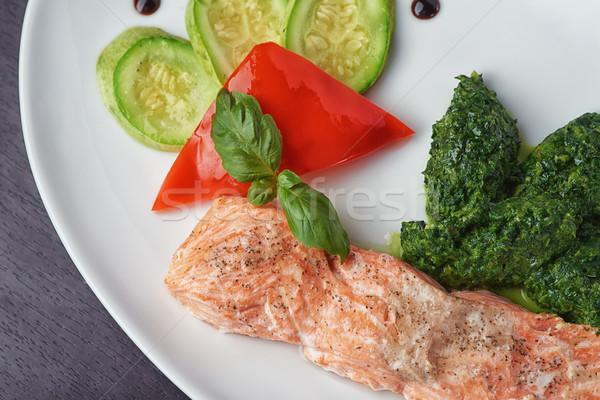 Delicioso frito salmão espinafre legumes restaurante Foto stock © shivanetua