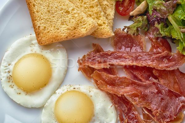 Roereieren spek sla plaat vlees ontbijt Stockfoto © shivanetua