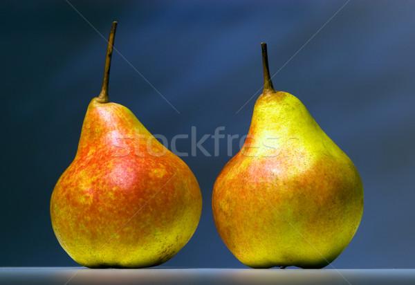 Deux poires sombre permanent table Photo stock © shyshka