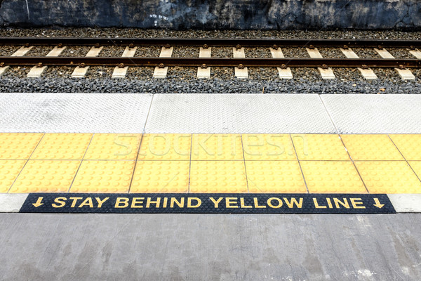 Foto stock: Ficar · atrás · amarelo · linha · estação · de · trem