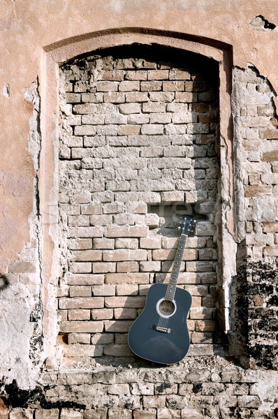 Guitarra negro edad pared de ladrillo pared fondo Foto stock © simazoran
