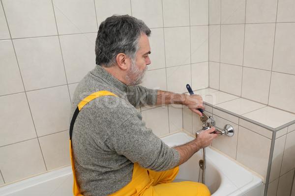 Vízvezetékszerelő fürdőszoba fürdőkád vízcsap megjavít felnőtt Stock fotó © simazoran