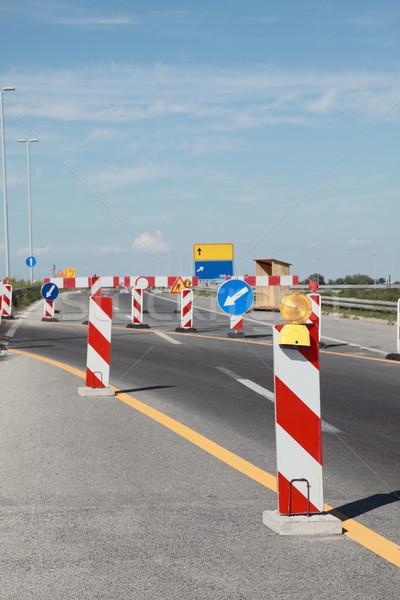 Foto stock: Rodovia · reconstrução · sinais · de · trânsito · construção · trabalhar · segurança