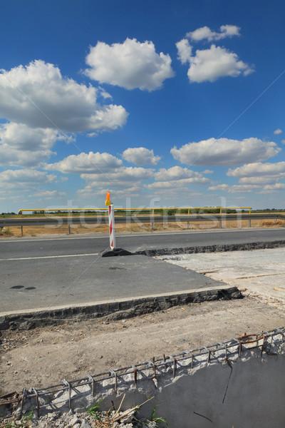 Foto stock: Rodovia · estrada · reconstrução · sinais · de · trânsito · blue · sky · nuvens