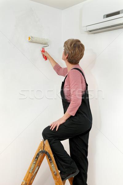 Stockfoto: Vrouwelijke · werknemer · schilderij · muur · kamer · home